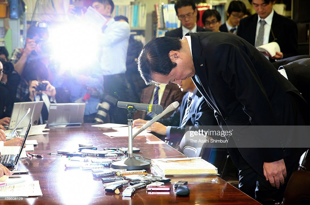 Yasuhiro Sato, Mizuho Bank president, bows prior to a news conference on December 26, 2013 in Tokyo, Japan. Mizuho Financial Group Inc. officially announcedthat its chairman, Takashi Tsukamoto, will resign on March 31 to take responsibility for the gangster loan scandal.