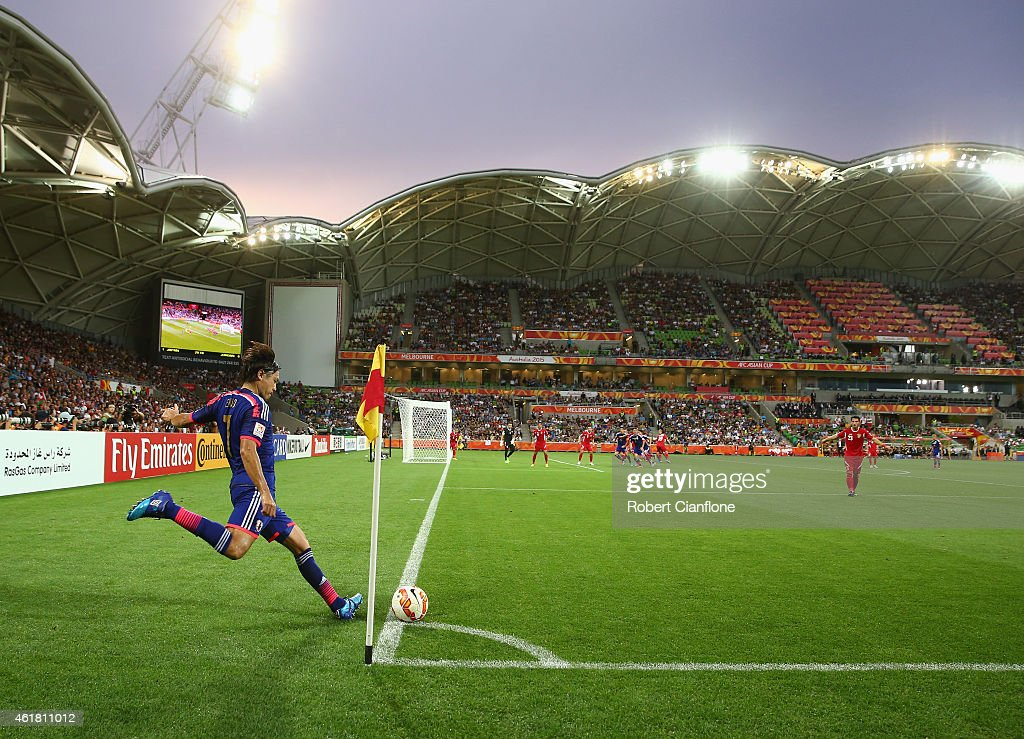 Yasuhito Endo of Japan takes a corner kick during the 2015 Asian Cup match between Japan and Jordan at AAMI Park on January 20, 2015 in Melbourne, Australia.