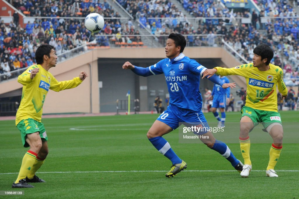 Yasuhito Morishima #20 of Oita Trinita (2R) and Kentaro Sato #16 (R),Akira Takeuchi #3 of JEF United Chiba compete for the ball during the J.League Second Division Play-off Final match between JEF United Chiba and Oita trinita at the National Stadium on November 23, 2012 in Tokyo, Japan.