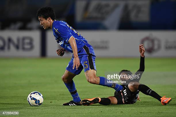 Yasuyuki Konno of Gamba Osaka and Jorge De Moura Xavier of Seongnam FC compete for the ball during the AFC Champions League Group F match between...
