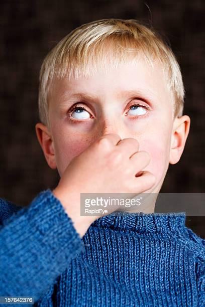 7 Jahre alter Junge hält Augen, Nase und Brötchen, was sie da machen kann!