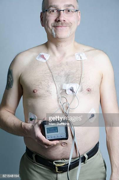 50 anno-vecchio uomo con 5 sensori del monitor con Holter