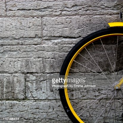 Yellow bicycle : Bildbanksbilder