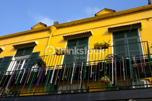 Giallo edificio a new orleans foto stock thinkstock for Colore esterno casa giallo ocra