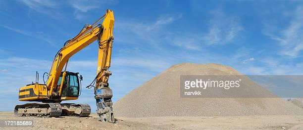 Gelbe Bulldozer und ein Haufen Geröll