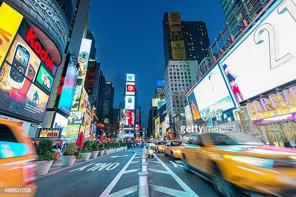Traffico di Taxi giallo di New York a Times Square