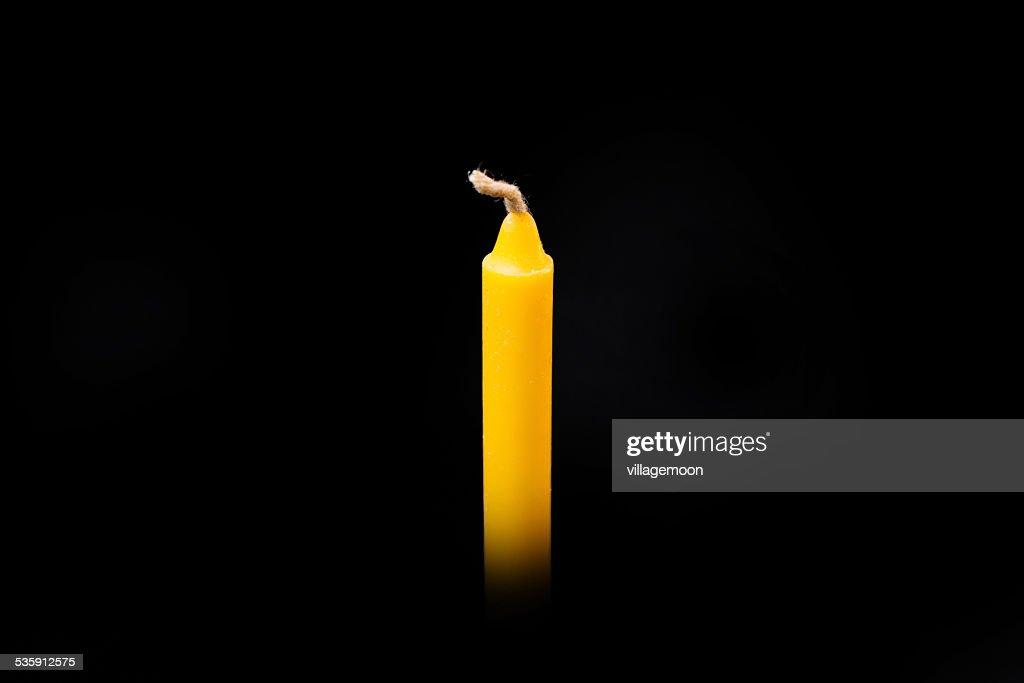 Vela en fondo negro, amarillo : Foto de stock