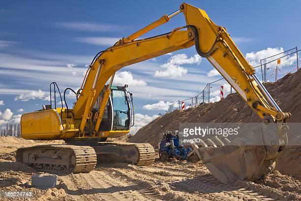Gelbe Excavator vor blauem Himmel