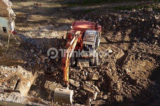 Dellescavatore giallo in cantiere di costruzione foto for Cantiere di costruzione