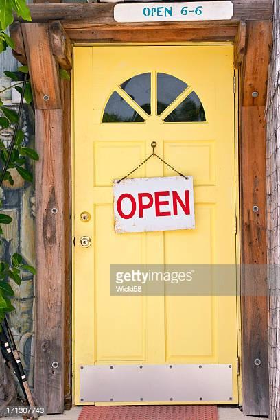 Gelbe Tür mit Beschilderung