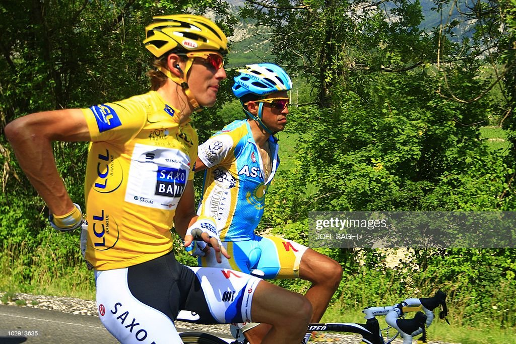 Yellow jersey of Overall leader, Luxembourg's Andy Schleck (L) rides with Spain's Alberto Contador in the 184,5 km and 11th stage of the 2010 Tour de France cycling race run between Sisteron and Bourg-les-Valence, southeastern France, on July 15, 2010. AFP PHOTO / JOEL SAGET