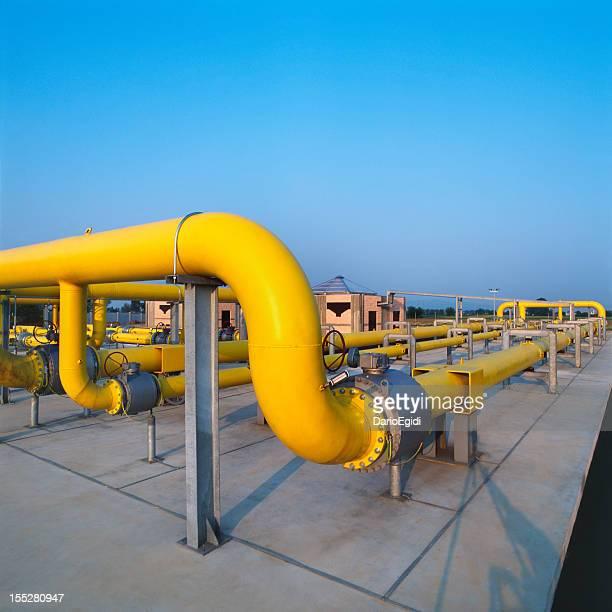 Gelbe Rohre in ein Gasversorger station, blauer Himmel Hintergrund