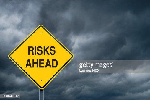 Attenzione segno nella parte anteriore della tempesta nuvole