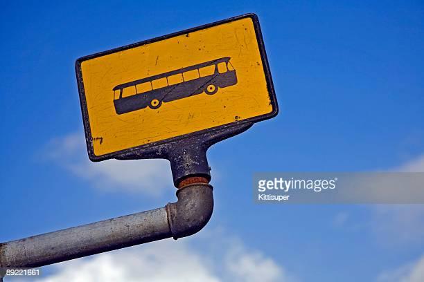 Amarillo signboard con el autobús