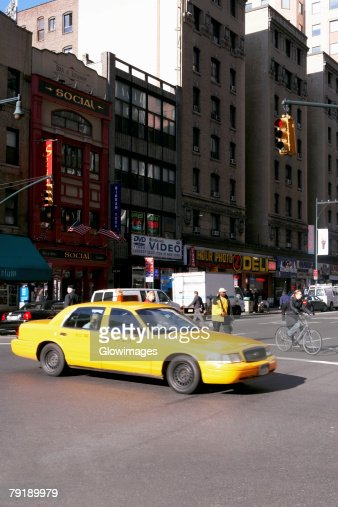 Yellow taxi on a road, New York City, New York State, USA : Foto de stock
