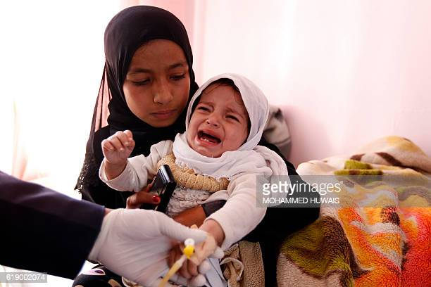 A Yemeni doctor adminsters a test on a child at a hospital in the capital Sanaa on October 29 2016 / AFP / MOHAMMED HUWAIS