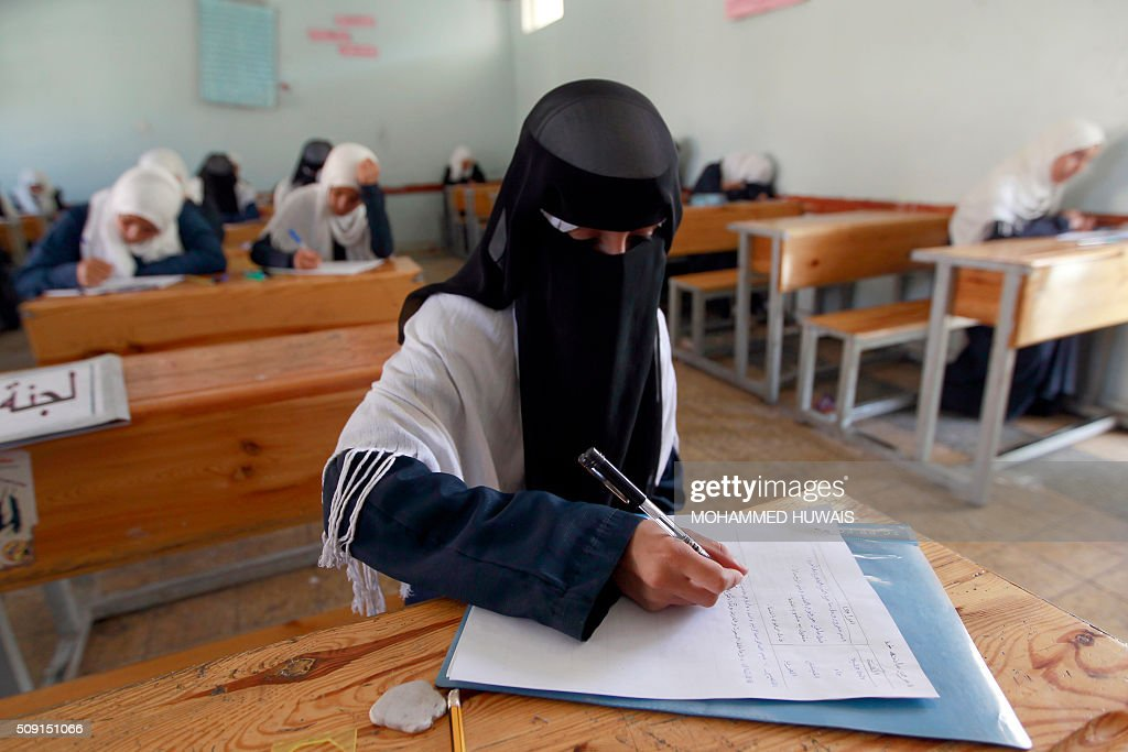 A Yemeni female student sits for the mid-year school exams at a secondary school on February 9, 2016 in the capital Sanaa. / AFP / MOHAMMED HUWAIS