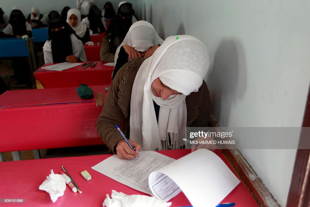 Yemeni female students sit for their mid-year school exams at a secondary school on February 9, 2016 in the capital Sanaa. / AFP / MOHAMMED HUWAIS