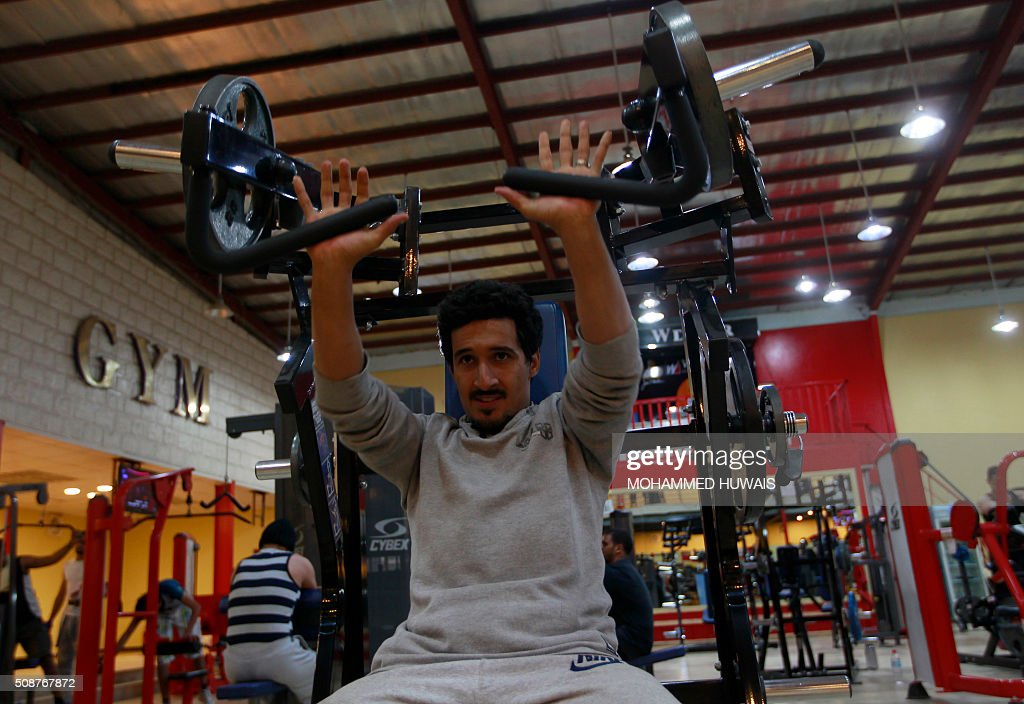 A Yemeni man lifts weights at a gym in the capital Sanaa on February 6, 2016. / AFP / MOHAMMED HUWAIS