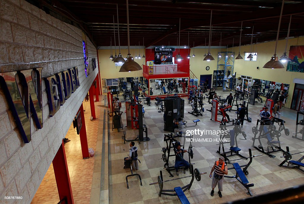 Yemeni men lift weights at a gym in the capital Sanaa on February 6, 2016. / AFP / MOHAMMED HUWAIS