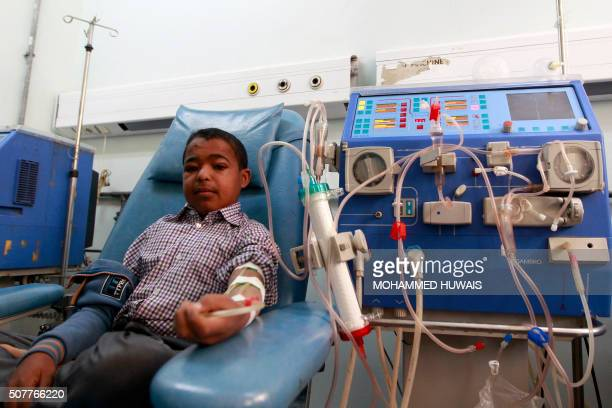 A Yemeni patient receives kidney dialysis treatment at a alThawrah hospital in the capital Sanaa on January 31 2016 / AFP / Mohammed HUWAIS