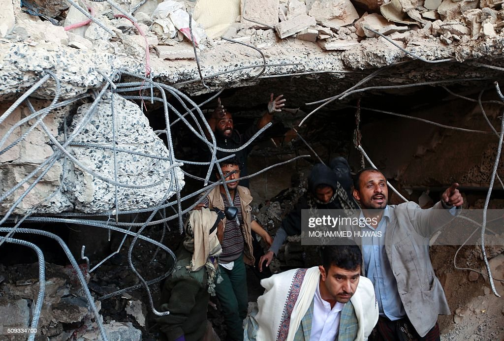 Yemeni rescuers search the ruins of buildings destroyed in an air-strike by the Saudi-led coalition on February 10, 2016 in the capital Sanaa. / AFP / MOHAMMED HUWAIS