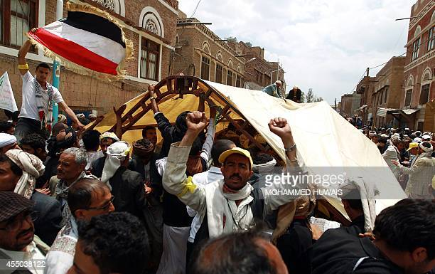 Yemeni Shiite Huthi antigovernment demonstrators erect a tent at a sitin camp on a road leading to the government headquarters in Sanaa on September...