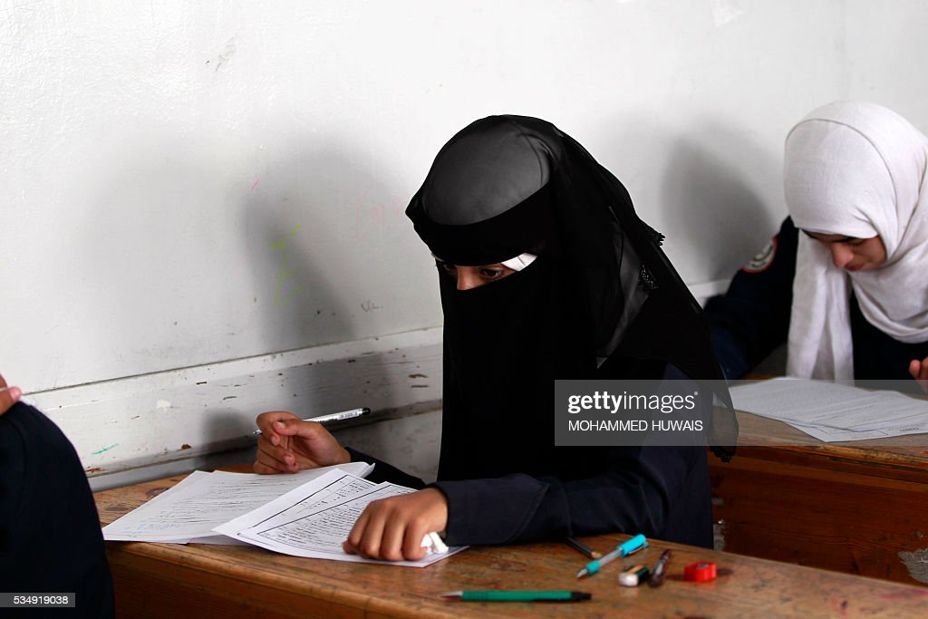 A Yemeni student sits for the final-year school exams at a secondary school in the capital Sanaa, on May 28, 2016. / AFP / MOHAMMED