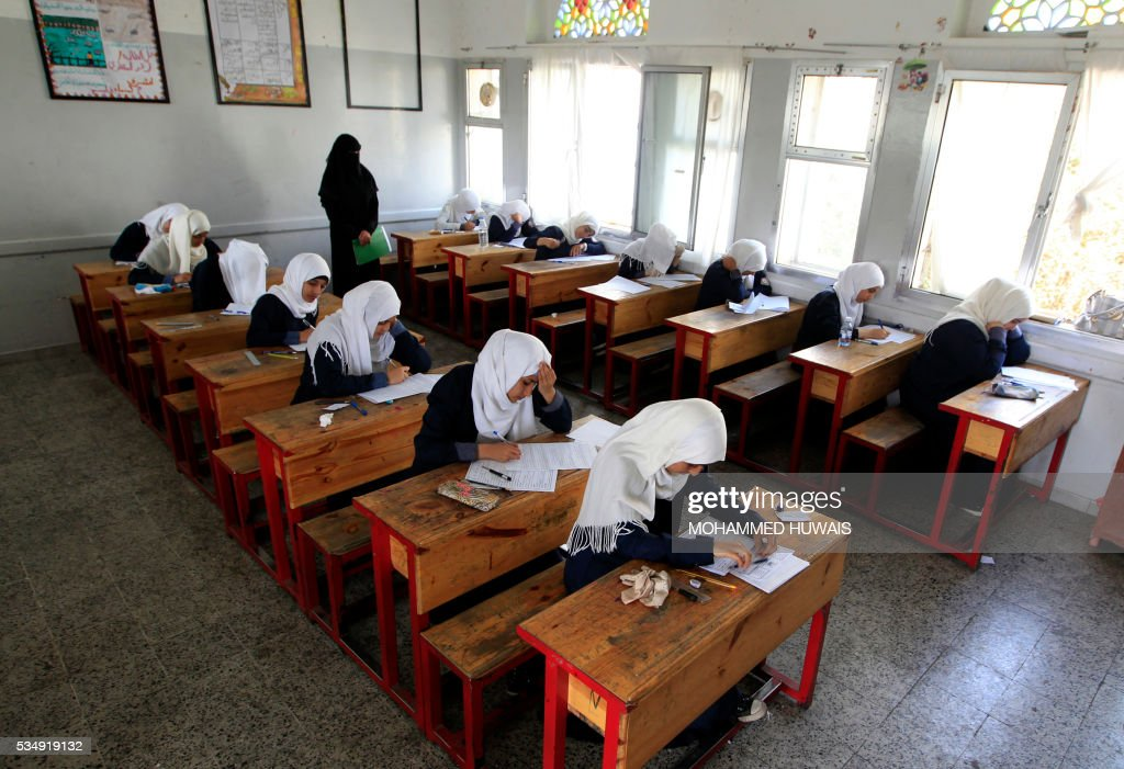 Yemeni students sit for the final-year school exams at a secondary school in the capital Sanaa, on May 28, 2016. / AFP / MOHAMMED