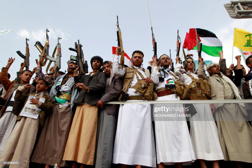 Yemeni supporters of the Shiite Huthi movement raise their weapons during a rally to mark the Quds (Jerusalem) International day, in support of Palestinians on July 1, 2016 in the capital Sanaa. / AFP / MOHAMMED