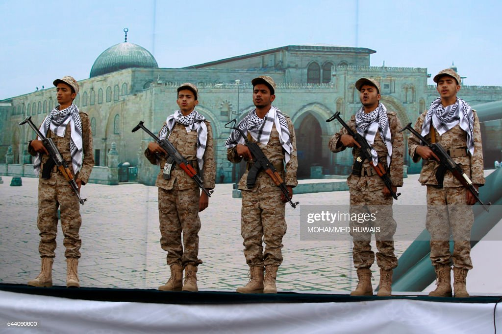 Yemeni supporters of the Shiite Huthi movement stans with their weapons during a rally to mark the Quds (Jerusalem) International day, in support of Palestinians on July 1, 2016 in the capital Sanaa. / AFP / MOHAMMED