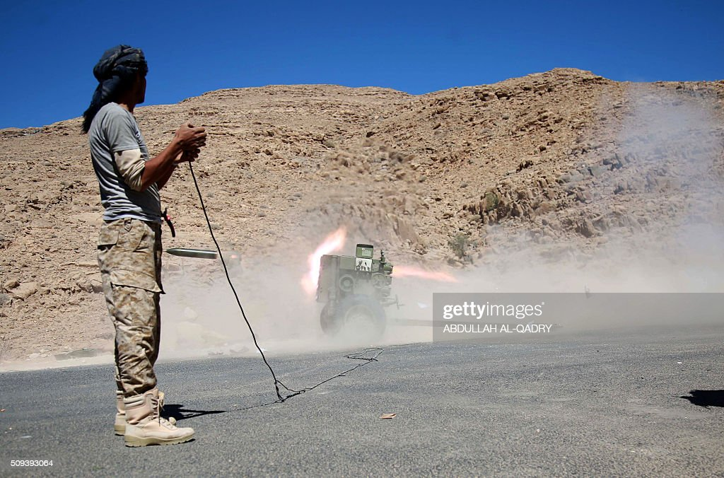 A Yemeni tribesman from the Popular Resistance Committees, supporting forces loyal to Yemen's Saudi-backed President, launches a rocket towards Shiite Huthi rebels and their allies' positions on February 10, 2016 in the Nehm region, west of Marib city. / AFP / ABDULLAH AL-QADRY