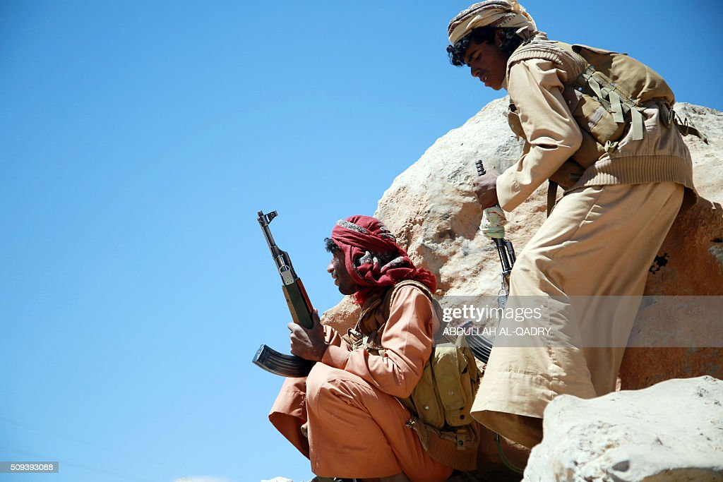 Yemeni tribesmen from the Popular Resistance Committees, supporting forces loyal to Yemen's Saudi-backed President, hold a position during ongoing fight against Shiite Huthi rebels and their allies on February 10, 2016 in the Nehm region, west of Marib city. / AFP / ABDULLAH AL-QADRY