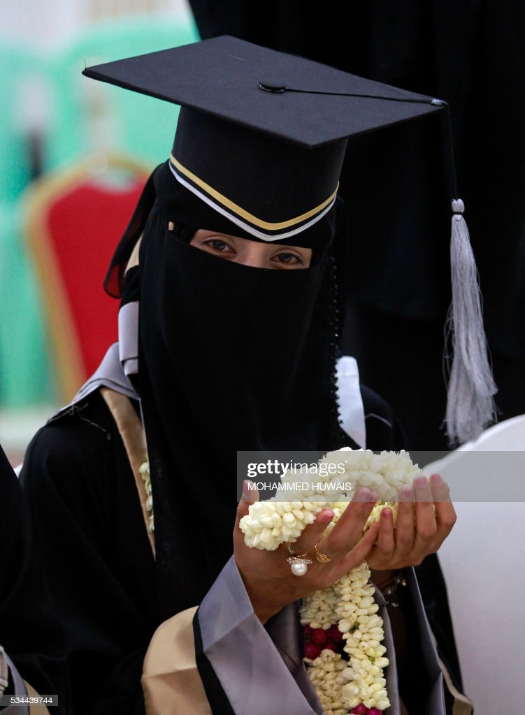A Yemeni University graduate poses for a photo during a graduation ceremony in the Yemeni capital Sanaa on May 26, 2016. / AFP / MOHAMMED