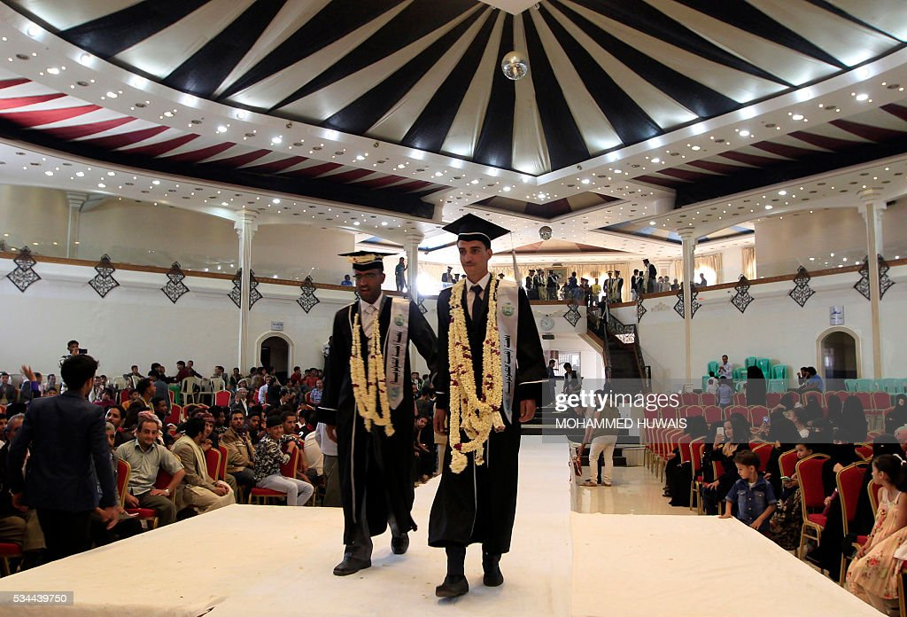 Yemeni University graduates attend their graduation ceremony in the Yemeni capital Sanaa on May 26, 2016. / AFP / MOHAMMED