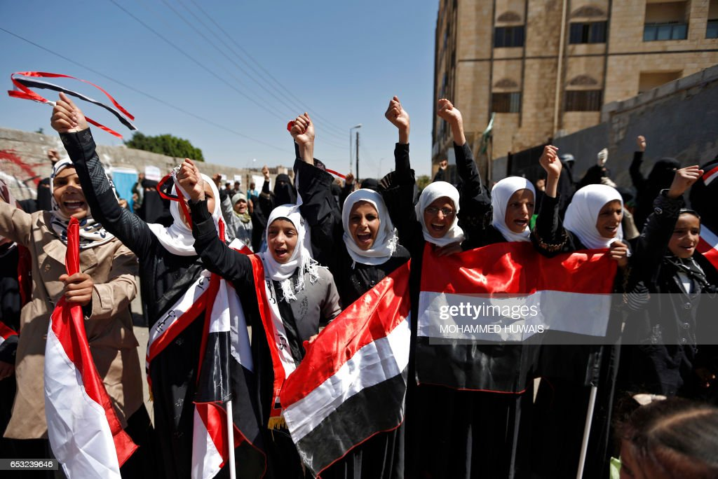 Yemeni women shout slogans and wave their national flag during a sit-in on March 14, 2017 outside the United Nations (UN) offices in the capital, Sanaa, demanding an end to a war that has left millions displaced and at risk of famine. / AFP PHOTO / Mohammed HUWAIS