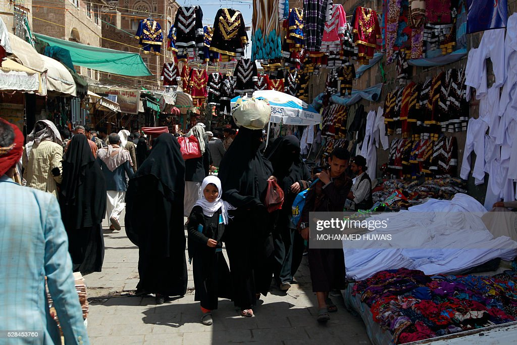Yemenis shop at a market in the old city of the capital Sanaa on May 5, 2016. / AFP / MOHAMMED