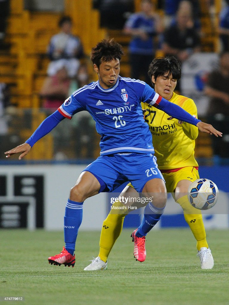 Yeom Ki Hun #26 of Suwon Samsung (L) and Changsoo Kim #27 of Kashiwa Reysol compete for the ball during the AFC Champions League Round of 16 match between Kashiwa Reysol and Suwon Samsung FC at Hitachi Kashiwa Soccer Stadium on May 26, 2015 in Kashiwa, Japan.