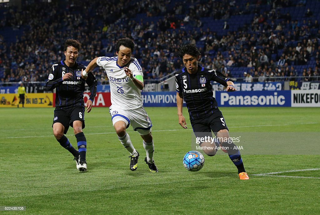 Yeom Ki-hun of Suwon Samsung Bluewings and <a gi-track='captionPersonalityLinkClicked' href=/galleries/search?phrase=Daiki+Niwa&family=editorial&specificpeople=7755342 ng-click='$event.stopPropagation()'>Daiki Niwa</a> of Gamba Osaka during the AFC Champions League Group G match between Gamba Osaka and Suwon Samsung Bluewings at Suita City Football Stadium on April 19, 2016 in Osaka, Osaka, Japan.