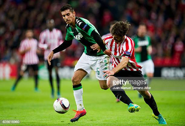 Yerran Alvarez of Athletic Club duels for the ball with Lorenzo Pellegrini of US Sassuolo during the UEFA Europa League group F match between...