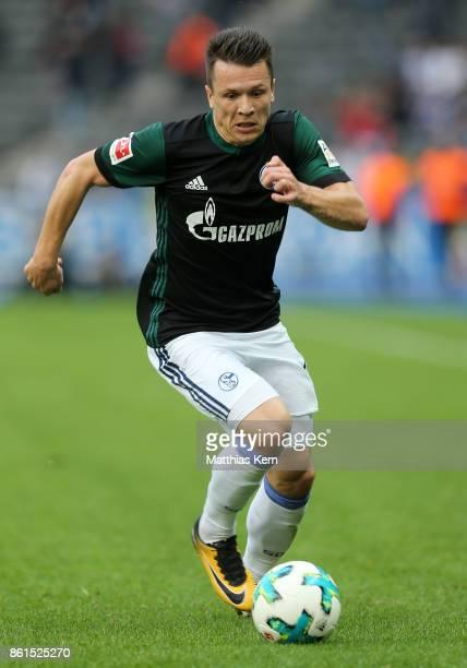 Yevhen Konoplyanka of Schalke runs with the ball during the Bundesliga match between Hertha BSC and FC Schalke 04 at Olympiastadion on October 14...