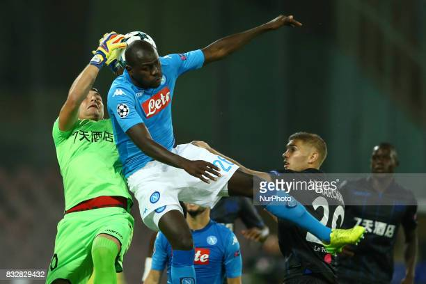 Yoan Cardinale of Nice and Kalidou Koulibaly of Napoli during the UEFA Champions League Play Off first leg football match SSC Napoli vs OCG Nice on...