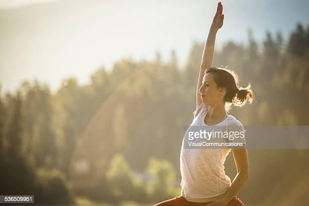 De Yoga et d'étirements dans la nature.