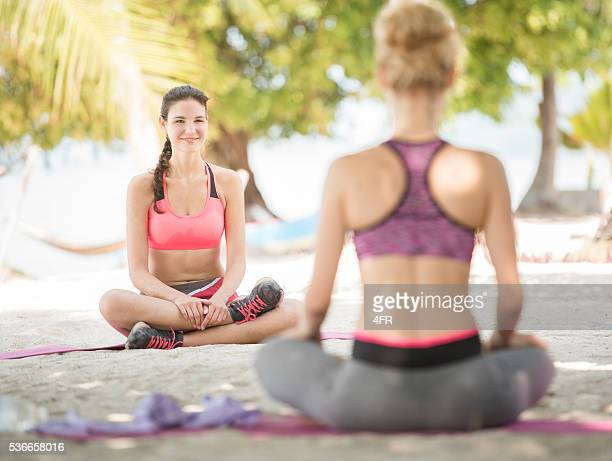 Yoga-Kurs in einem tropischen Strand-Urlaub