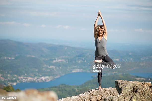 Exercices de Yoga dans la nature sur les montagnes : Posture de l'arbre