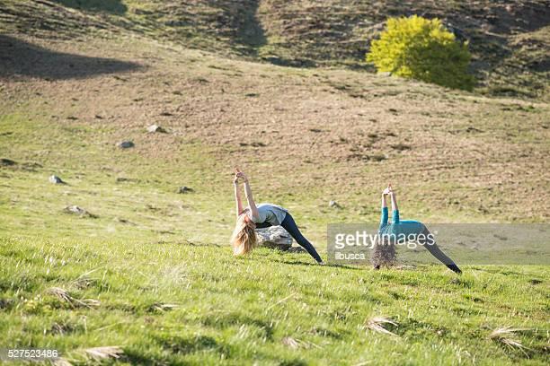 Exercices de Yoga dans la nature sur les montagnes : Posture du guerrier