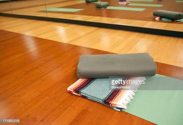 Yoga-Matte, Decke und Bolster-Studio-Etage