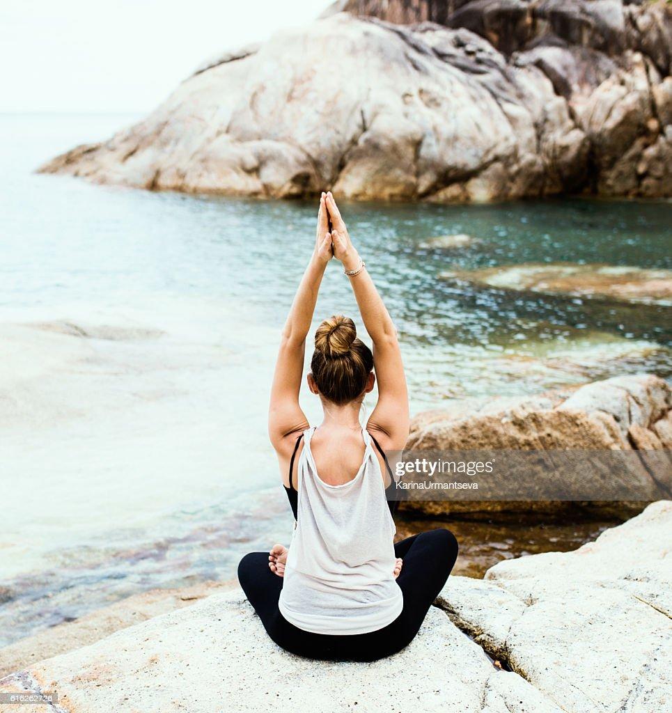 Yoga en la playa  : Foto de stock