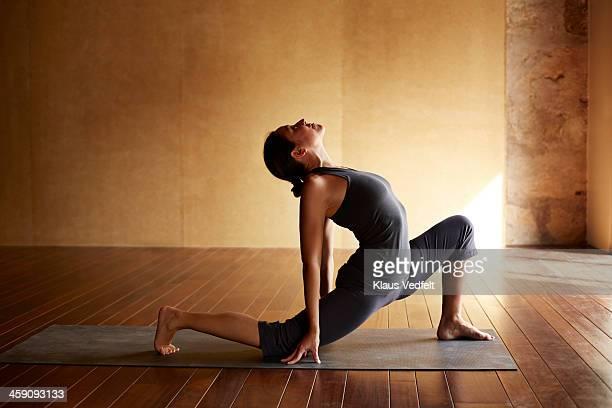 Yoga teacher,  High Lunge, Variation