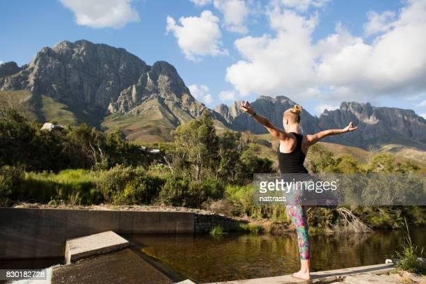 Yoga avec une vue sur les montagnes